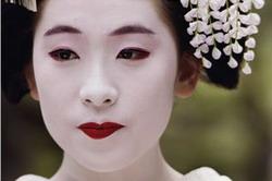 Avant la modernisation, les geishas avaient un rôle très important dans la  société japonaise, mais on en retrouve de moins en moins, car  l\u0027occidentalisation